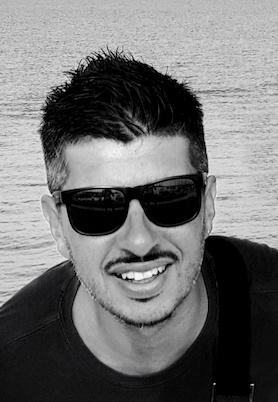Foto in primo piano di Angelo Sangiorgio, fondatore di DottorWebStudio, in bianco e nero.